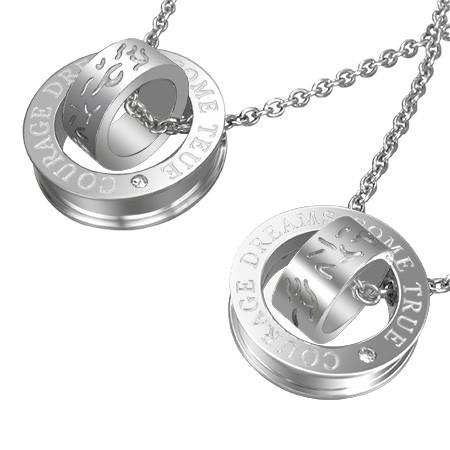 Přívěsek pro dva - stříbrné obruče s texturou křivých čar a nápisem