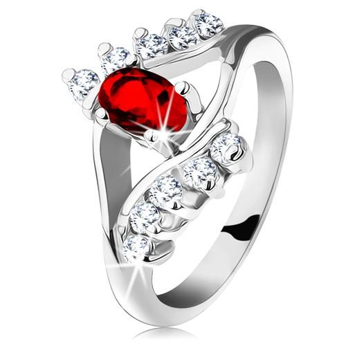 Blýskavý prsten se stříbrným odstínem