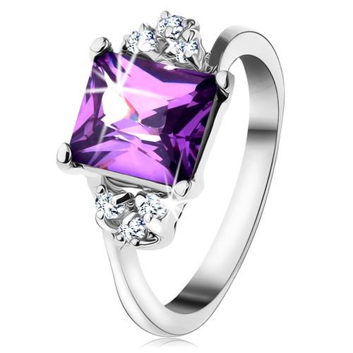 Lesklý prsten se stříbrnou barvou