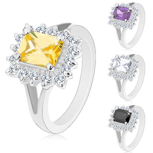 Lesklý prsten se stříbrným odstínem