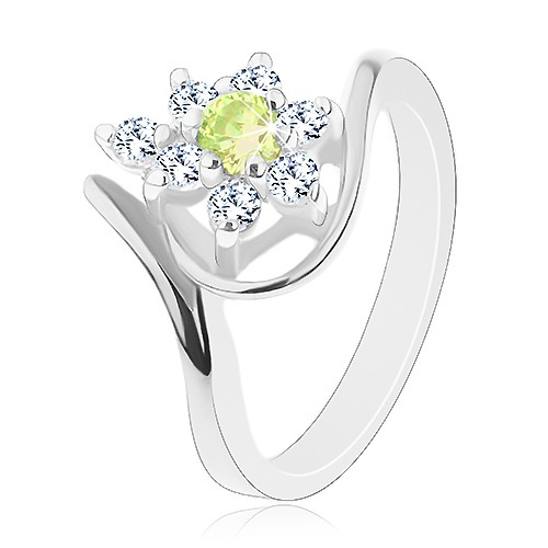 Lesklý prsten stříbrné barvy
