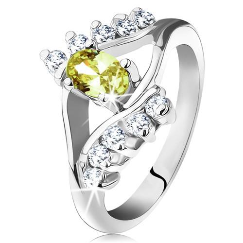 Lesklý prsten ve stříbrné barvě