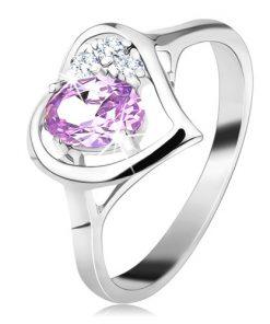 Lesklý prsten ve stříbrné barvě s obrysem srdce