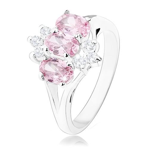 Lesklý prsten ve stříbrném odstínu
