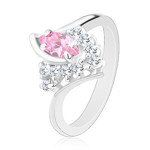 Prsten ve stříbrném odstínu se zahnutými rameny